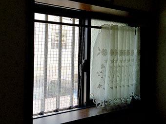 猫脱走防止 窓(小)洗面所 網が外れた場合.jpg